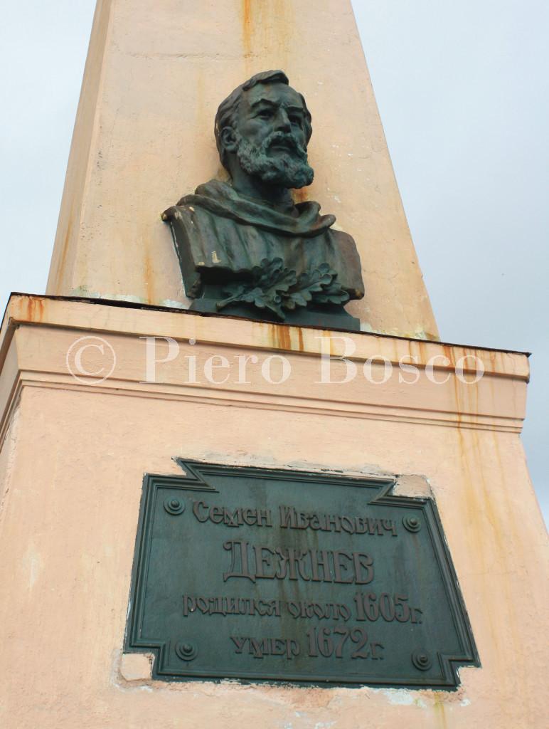 6-Il-monumento-a-Semen-Dezhnev-presso-il-capo-che-oggi-porta-il-suo-nome