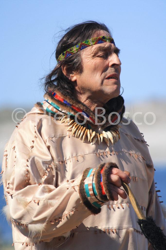 1321 Uomo Aleut indossa il vestito tradizionale durante uno spettacolo folkloristico
